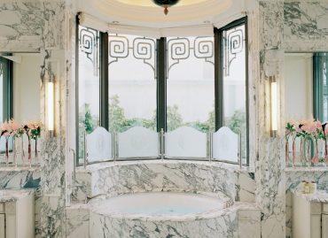 salle de bain marbre palace meurice